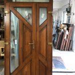 Bejárati ajtó fából, nxyíló oldalvilágítóval, csincsilla katedráll üveggel, méretre gyártva, ipari felületkezeléssel!