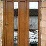 Fa bejárati ajtó, fix oldalvilágítóval, szürke reflexiós üveggel.