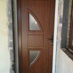 Gealan német alapanyagból készült Dió színű bejárati ajtó, 3 rétegű üveges díszpanellel!