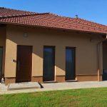 Fa ablakok ipari felületkezeléssel, vakolható tokos színes alumínium redőnnyel, kiszállítva, beépítve garanciával.