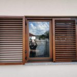 Méretre gyártott fa ablakok, méretre gyártott mozgatható leveles zsalugáterrel kurblis kivitelben, kiszállítva, beépítve.