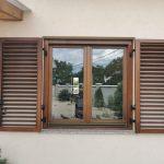 Kétszárnyú fa ablak, kétszárnyú mozgatható leveles kurblis zsalugáter Roto vasalattal.