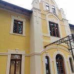 Méretre gyártott műemlék díszítéssel ellátott fa ablakok, kiszállítva beépítve.