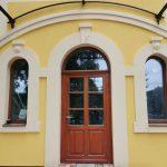 Méretre gyártott műemlék díszítéssel ellátott fa bejárati ajtó, kiszállítva beépítve.