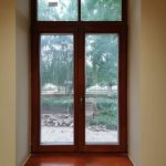 Kétszárnyú tok osztott fa ablak ragasztott duplex álosztással, belső fa párkánnyal.