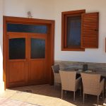 Fal borításos fa ablak duplex álosztással, fix leveles zsalugáterrel, beépített színazonos alumínium lehúzható szúnyoghálóval.