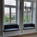 Méretre gyártott fokozott hőszigetelésű 3 rétegű üveggel ellátott fa ablakok, díszes fal burkolással, radiátor takarással, ülőhely kialakítással.