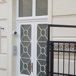 Méretre gyártott műemlék díszítéssel ellátott 92mm-es profilvastagságú fa bejárati ajtó.