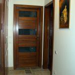 Méretre gyártott egyedi megjelenésű fa beltéri ajtók, utólag szerelhető tok borítással, ipari felület kezeléssel, kiszállítva beépítve.